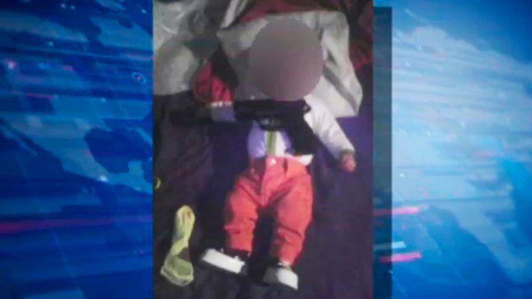 La imagen del bebé con un revólver sobre el pecho subida a Facebook.