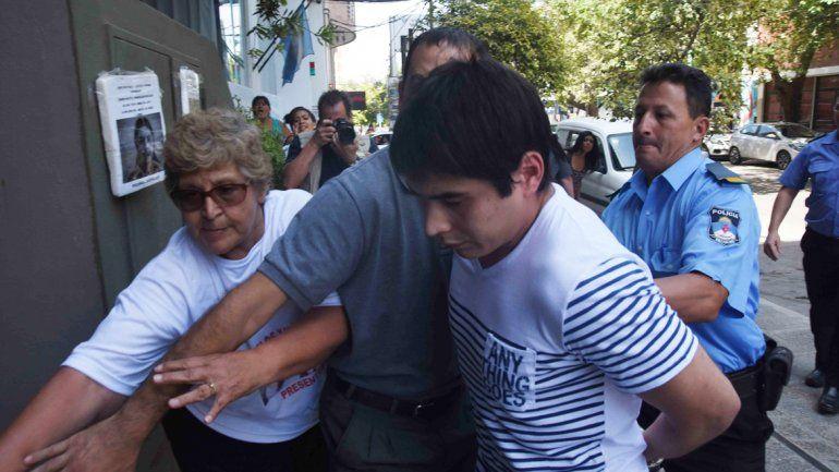 La mamá de Mónica ingresando ayer a la sala a la par del condenado González.