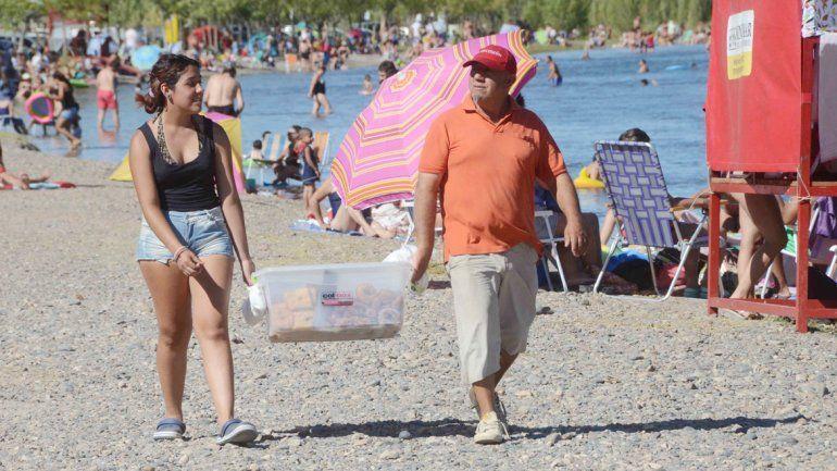 Juan (arriba) vende tortas fritas y rosquitas junto a su hija Catalina en el Gatica. Teresa (abajo) ofrece sus alfajores de maicena
