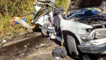 El Corsa quedó destruido tras el impacto contra el colectivo. A la izquierda, uno de los heridos es ingresado al hospital.