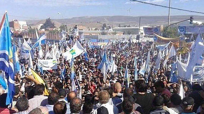 Multitudinaria asamblea en Comodoro Rivadavia. Los trabajadores permanecen movilizados y no cesan el reclamo.
