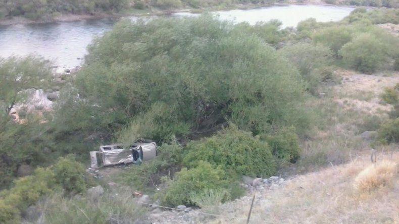 Un muerto al caer un auto por un barranco en Junín de los Andes