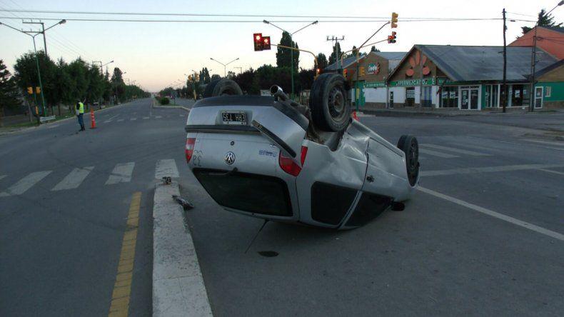 Un turista de Santa Fe chocó y volcó en la Ruta 40