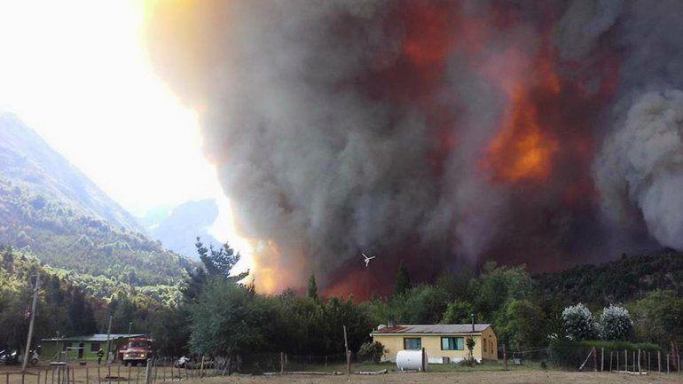 Suman refuerzos, pero el fuego no cesa en Los Alerces