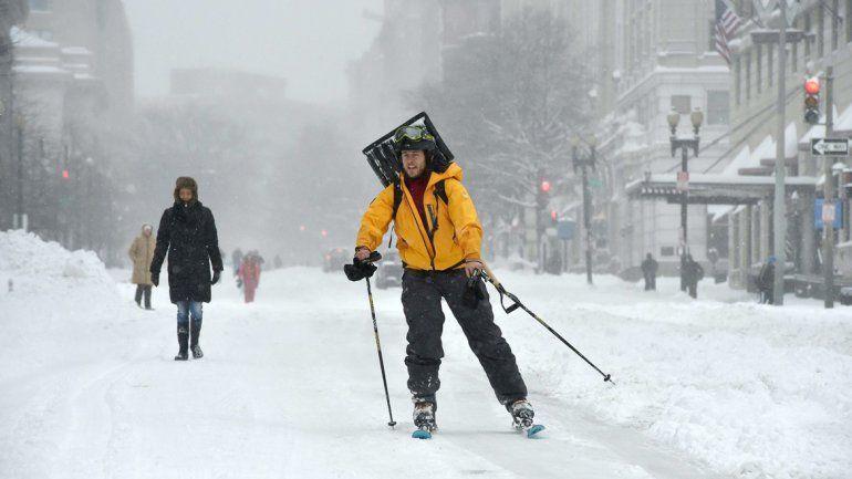 Copiosa caída de nieve y fuertes vientos hacen estragos en la ciudad de Nueva York. Piden a los vecinos que busquen refugio. Hay peligro de muertes.