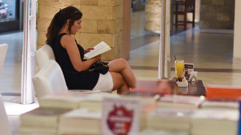 Los libreros coinciden en que muchos de sus clientes piden algún libro para no pensar. La lectura
