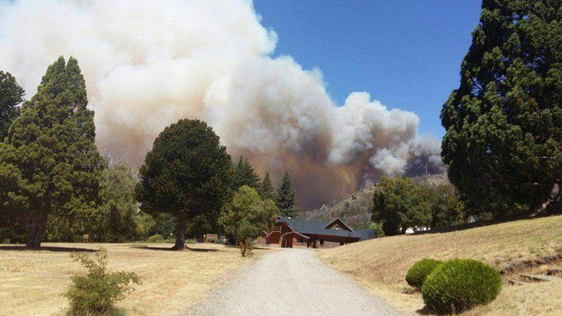 El incendio ya afectó a 1600 hectáreas del Parque Nacional Los Alerces
