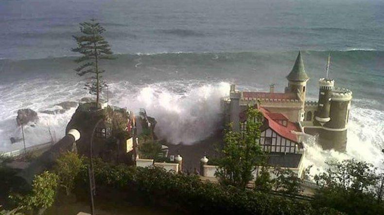 Marejada en Viña del Mar con olas de ocho metros