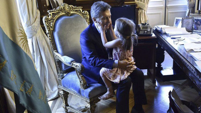 La pequeña Antonia a upa de papá presidente. La visita más linda