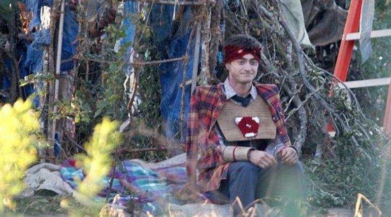 El actor interpreta a un zombi que tiene problemas para controlar sus gases intestinales y tiene una continua erección.