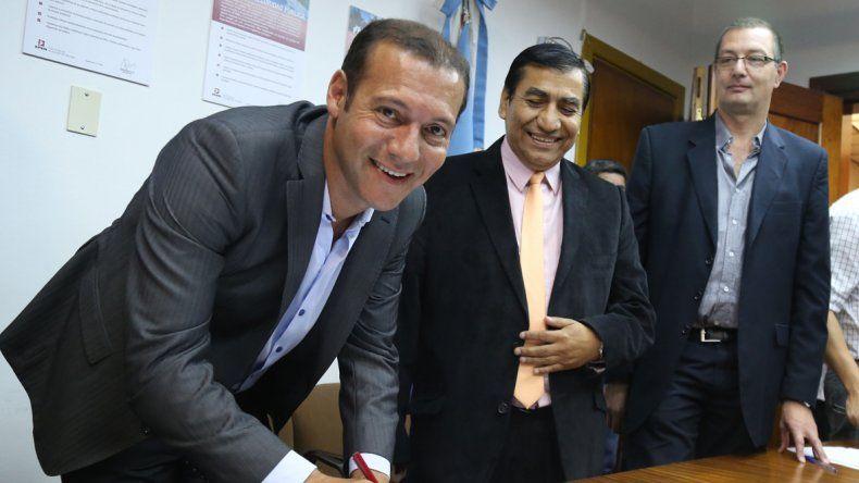 El gobernador firmó un convenio para desarrollar obras de energía en Cutral Co.