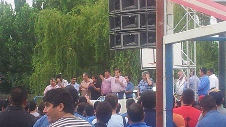 El líder petrolero encabezó ayer una asamblea en Rincón para tratar la crisis del sector. Dijo tener teléfono directo con ministros nacionales.