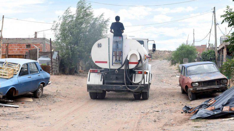 El camión aguatero atiende a una clientela grande. Pero con el calor