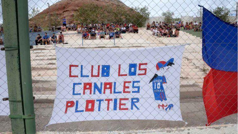 Los de Plottier le aportaron color al inicio del más federal de los torneos.