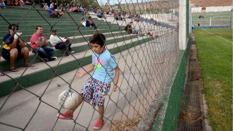 El nene hace jueguito a la espera de la acción adentro de la cancha.