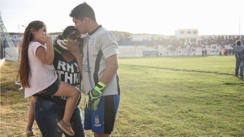 El llanto y la desesperación terminaron siendo la postal de lo que debió ser una tarde de fútbol en Centenario.