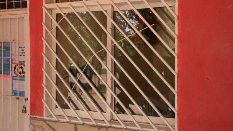 Apedrearon y rompieron vidrios en el polideportivo del Melipal