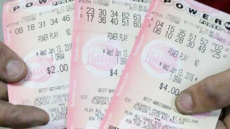 Algunos billetes-tarjeta jugados el día del premio millonario que todavía no encuentra su dueño.