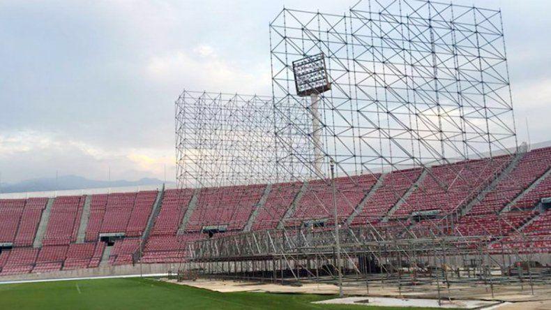 Las estructuras se montan en el estadio Nacional de Santiago de Chile desde hace una semana.