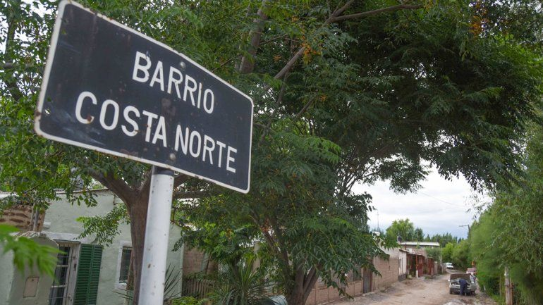 Los vecinos del barrio Costa Norte de Cipolletti salieron rápidamente de sus casas al ver a un hombre correr desnudo y escuchar los gritos de la pareja.