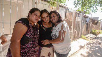 Eva (izq.), Ángela y Mónica (der.). Las tres mujeres se volvieron a ver ayer por primera vez. Hubo muchos abrazos.