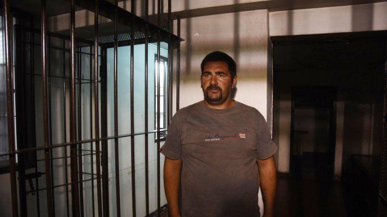 Jorge Omar García entra al calabozo de la sede judicial tras la audiencia.