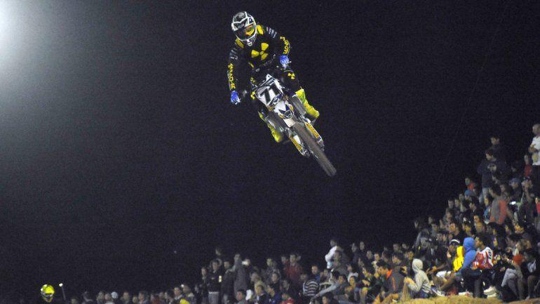 Marco Schmit en pleno vuelo hacia la victoria. El neuquino dio un espectáculo y fue imparable en La Barda.