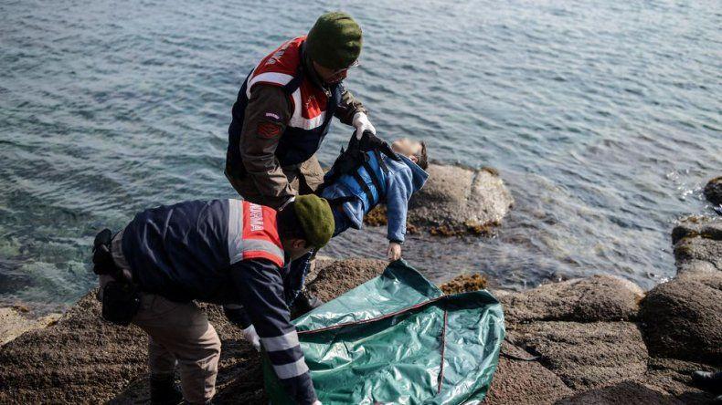 Mueren 33 refugiados al intentar llegar en bote a Grecia
