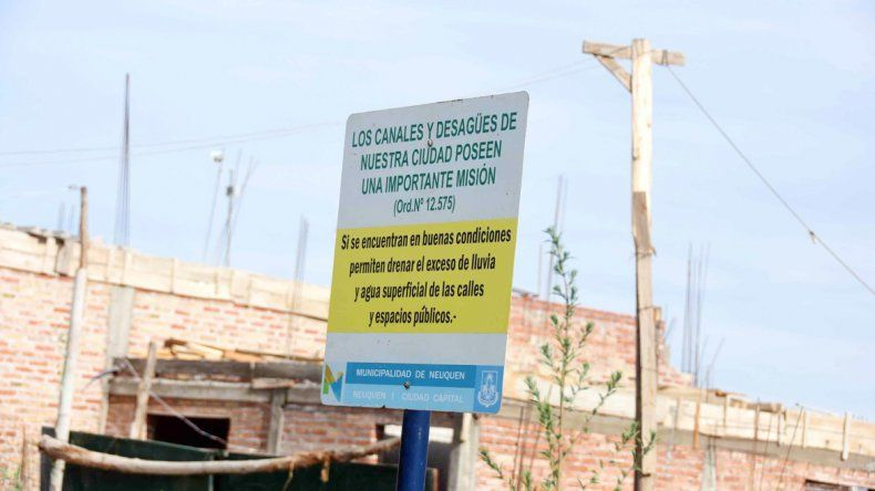En el barrio San lorenzo conviven con grandes focos infecciosos y gastan fortunas en insecticidas.