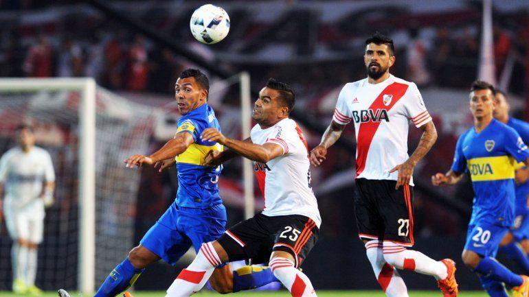 Carlitos Tevez no tuvo un buen partido. Corrió más de lo que jugó