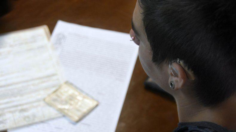 El muchacho vino a la entrevista con un audífono prestado. En la mesa