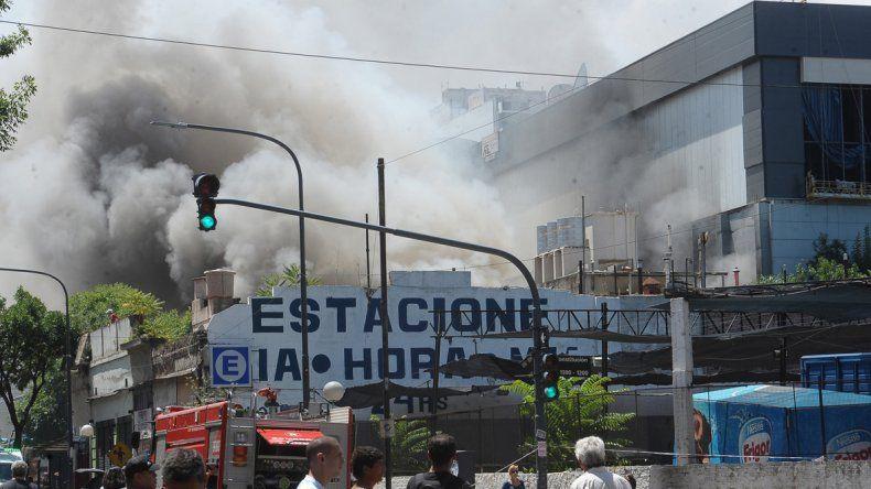 El fuego se inició en un sector de utilería y provocó una densa humareda. Los bomberos trabajaron durante horas.