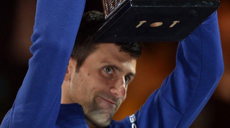SUPERCAMPEÓN. Novak Djokovic con el trofeo