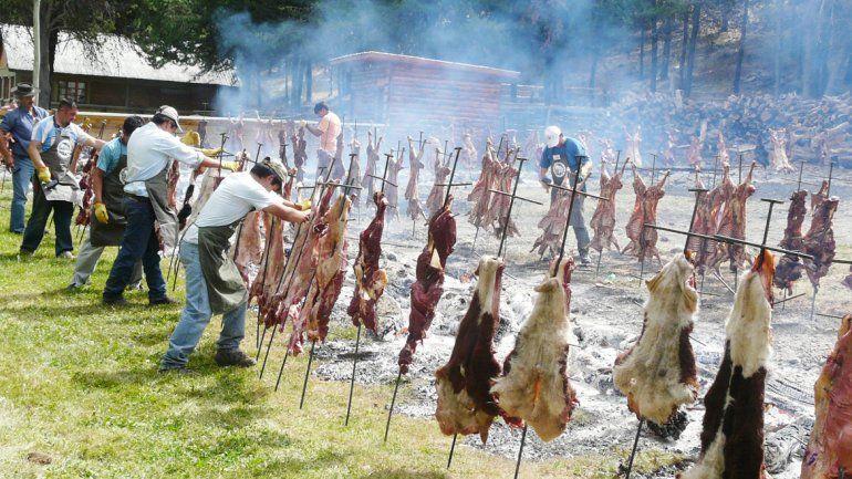 El asado con cuero es una de las comidas típicas de esa zona.
