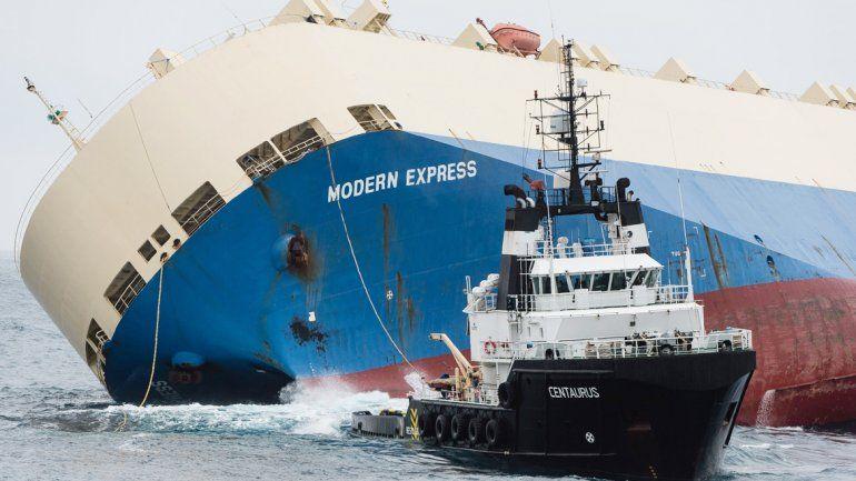 Exitosa operación para remolcar un barco a la deriva
