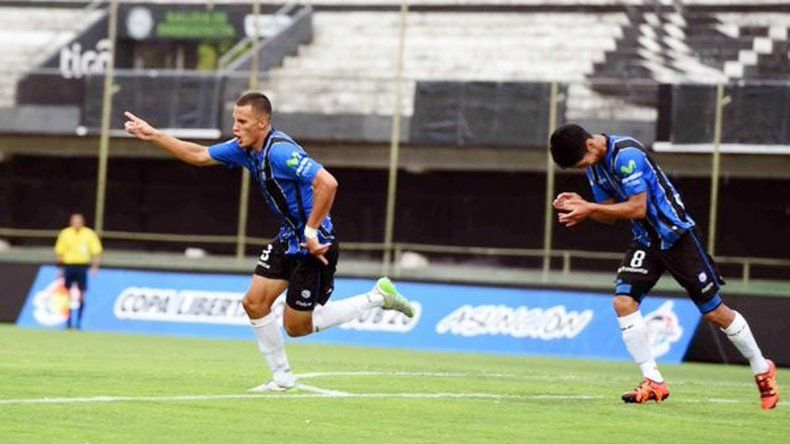 El neuquino festeja: hizo los dos goles de Huachipato.