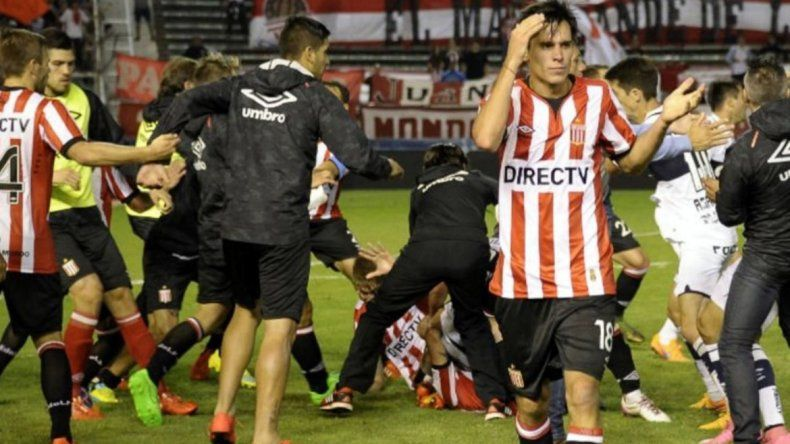 Por la pelea en el clásico de La Plata, habrá sanciones de hasta 8 fechas