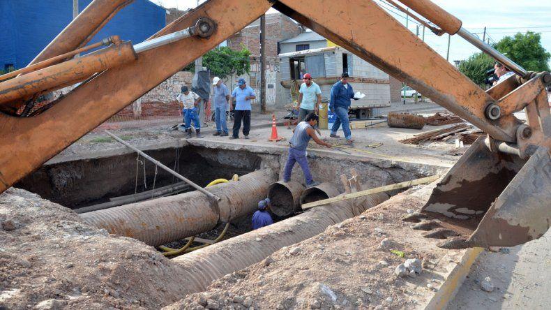 Las máquinas trabajan en una obra de escurrimiento en San Lorenzo.