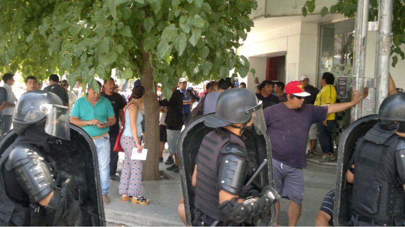 Tiroteo entre desocupados y afiliados de la Uocra frente al Ministerio de Trabajo provincial.