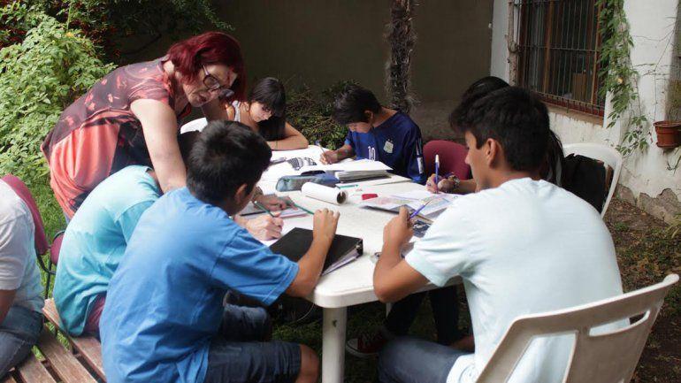 Dan clases de apoyo para estudiantes que se llevaron materias
