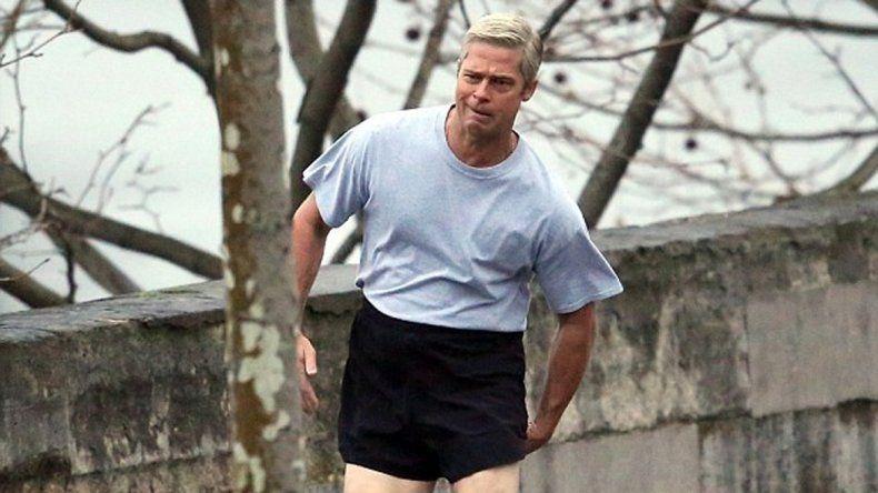El actor corrió por las calles de París vestido con una remera gris y un short muy corto por encima de la cintura.