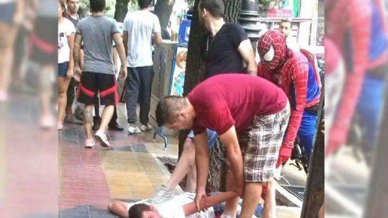 El carterista reducido en una calle de Mendoza gracias a Spiderman.