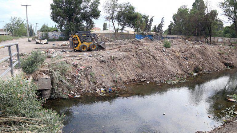 El de Villa María es un canal a cielo abierto en el que se tira todo tipo de basura.