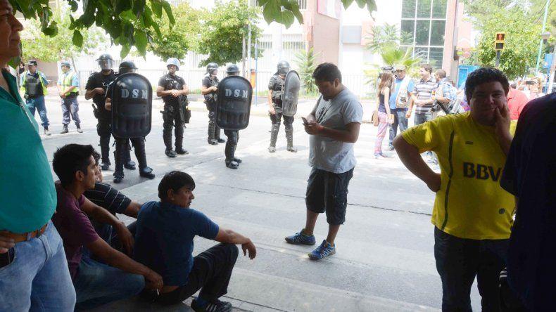 La Policía intervino cuando el grupo de desocupados de El Chañar se enfrentó con los de la UOCRA.