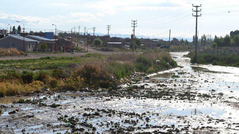 Los derrames son una constante en algunos lugares. Los vecinos temen por la contaminación.