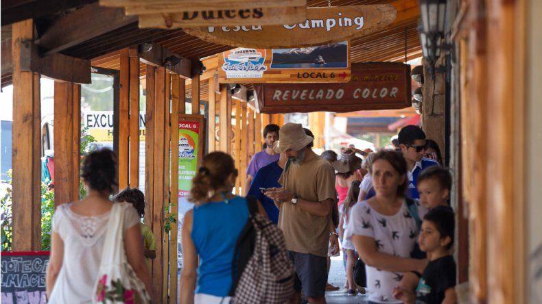 Locales y turistas recorren el centro comercial de San Martín.