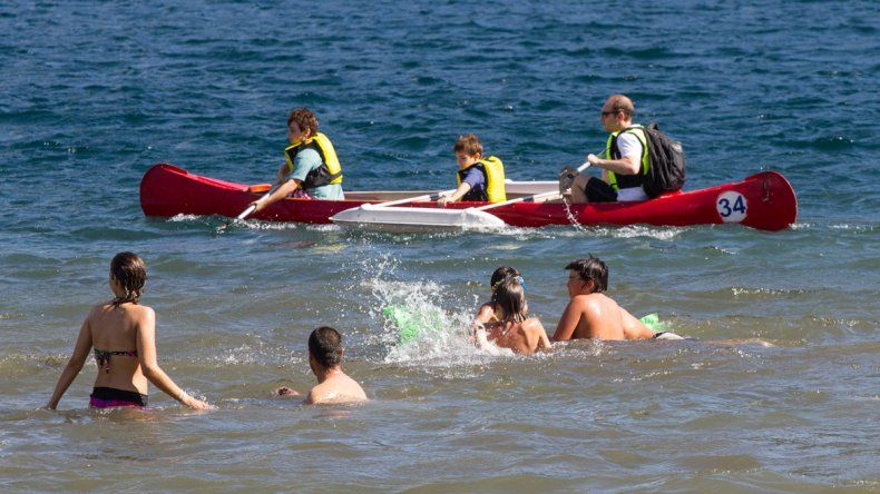 Grandes y chicos se divierten con actividades acuáticas en el lago.