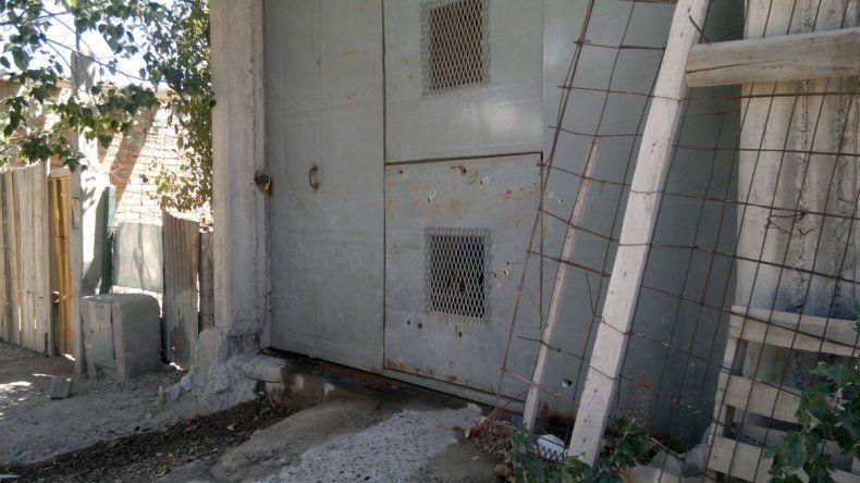 Al menos ocho disparos impactaron en el portón de entrada de la casa.