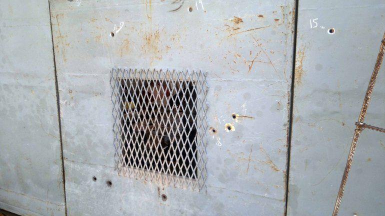 Los proyectiles agujerearon el portón de la manzana 31