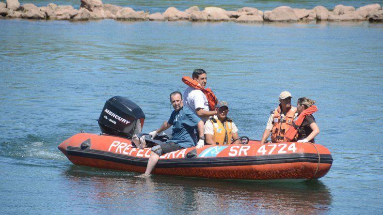 Personal de Prefectura y un médico procedieron a rescatar el cuerpo.
